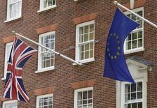Selon une étude réalisée pour la Confédération britannique de l'Industrie, un vote en faveur d'une sortie du Royaume-Uni de l'Union européenne pourrait coûter à l'économie britannique 100 milliards de livres (128 milliards d'euros) et 950.000 emplois d'ici 2020. /Photo d'archives/REUTERS/Toby Melville