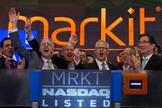 El presidente ejecutivo de Markit, Lance Uggla (3ero a la izq.) celebra durante el debut de la compañía en el índice Nasdaq, en Nueva York. 19 de junio de 2014. El proveedor estadounidense de información financiera IHS Inc dijo el lunes que comprará a Markit Ltd en un acuerdo totalmente por acciones, que valorará a la empresa de servicios de información financiera que tiene su sede en Londres en unos 5.900 millones de dólares. REUTERS/Adrees Latif