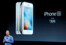 El vicepresidente de Apple, Greg Joswiak, presenta el iPhone SE, durante un evento en la sede de la compañía, en Cupertino, California. 21 de marzo de 2016. Apple presentó el lunes un nuevo teléfono con una pantalla de cuatro pulgadas (10 centímetros), más pequeño que sus modelos más recientes, y que se venderá a partir de 399 dólares. REUTERS/Stephen Lam