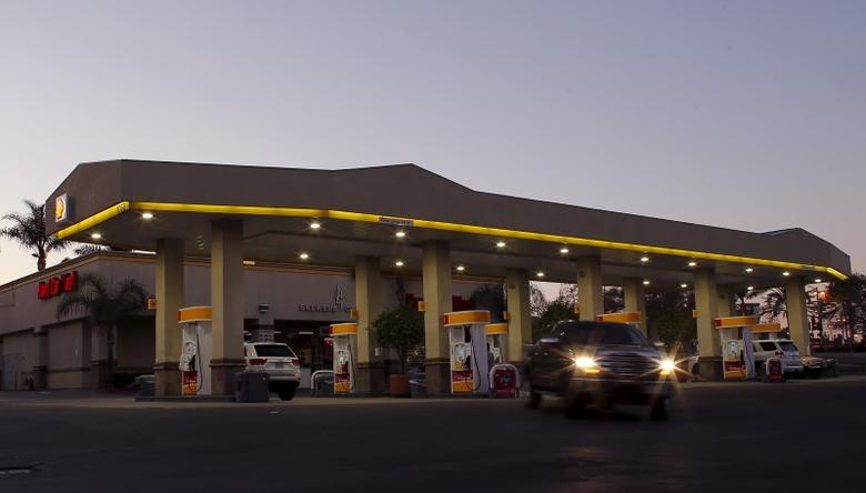 A Shell gas station is shown in Encinitas, California January 25, 2016.  REUTERS/Mike Blake