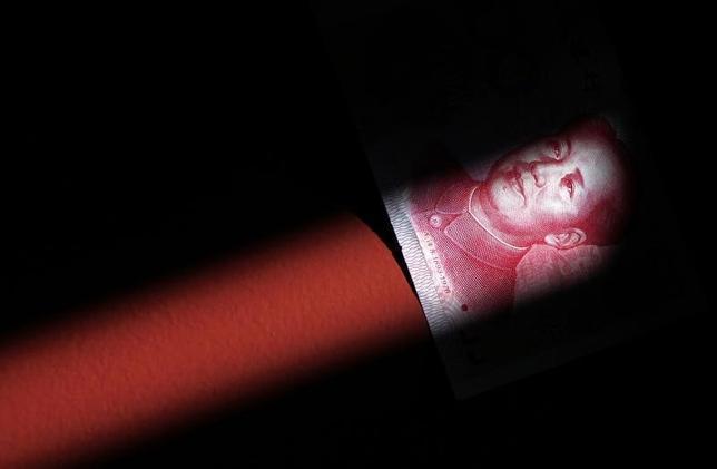 3月21日、中国の債務負担は増加の一途をたどることになるだろう。写真は人民元の紙幣。北京で2011年3月撮影(2016年 ロイター/David Gray)