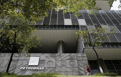 La petrolera brasileña controlada por el Estado Petrobras anunció una pérdida récord en el cuarto trimestre tras realizar un fuerte ajuste en el valor de campos petroleros y otros activos en medio del desplome de los precios del crudo. En la imagen, la sede de Petrobras en Río de Janeiro, 28 de enero de 2016. REUTERS/Sergio Moraes