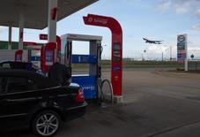 Автозаправочная станция Esso в аэропорту Хитроу. Цены на нефть выросли во вторник, продолжив укрепляться после предыдущей сессии на фоне выхода данных о падении запасов нефти в США впервые с января, а также в связи с общим ростом цен на сырье.  REUTERS/Paul Hackett