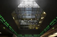 Фондовая биржа в Афинах. Европейские фондовые рынки начали сессию вторника снижением, главным образом, из-за индекса сектора туризма и отдыха в связи со взрывами в Брюсселе. REUTERS/Yannis Behrakis