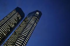 """Le directeur financier de Deutsche Bank estime que les deux premiers mois de 2016 ont été les pires qu'ait vécus le secteur bancaire dans son ensemble depuis le début de sa carrière et qu'ils ont """"laissé des traces"""" sur les activités du groupe allemand. /Photo prise le 26 janvier 2016/REUTERS/Kai Pfaffenbach"""