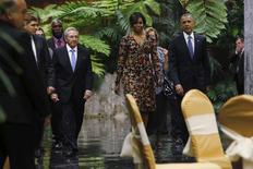 Президент Кубы Рауль Кастро с Бараком Обамой и Мишель Обамой идут на обед во Дворце революции в Гаване. В последний день визита на Кубу президент США Барак Обама встретится с кубинскими диссидентами и  посетит бейсбольный матч вместе с лидером страны после завершающей визит речи, которая подведёт итог исторической поездки и создаст надежду на будущее улучшение отношений Вашингтона и Гаваны. REUTERS/Jonathan Ernst