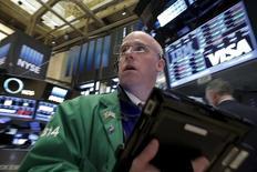 Operadores trabajando en la Bolsa de Nueva York. 16 de marzo de 2016. Wall Street abrió a la baja el martes, luego de que una cadena de explosiones en Bruselas desatara nuevas preocupaciones geopolíticas y llevara a los inversores a buscar activos seguros. REUTERS/Brendan McDermid