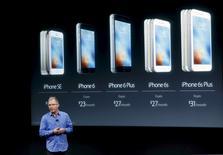 En la foto, el vicepresidente de Apple, Greg Joswiak, presenta el nuevo iPhone SE en la sede de la compañía en Cupertino, California, el 21 de marzo de 2016. La mayoría de los estadounidenses confían en Apple para que proteja su información personal del ataque de piratas informáticos, según una encuesta realizada por Reuters/Ipsos, pero sin considerarlo superior a sus rivales Google, Amazon y Microsoft. REUTERS/Stephen Lam