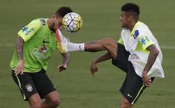 Neymar disputa lance com Lucas Lima em treino da seleção em Teresópolis.  22/3/16.  REUTERS/Ricardo Moraes