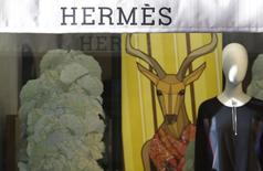 Hermès International a publié mercredi des résultats annuels en forte hausse après avoir une nouvelle fois signé une des meilleures croissances du secteur du luxe en 2015. /Photo prise le 1er mars 2016/REUTERS/Max Rossi