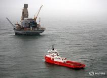 Судно покидает нефтяную платформу Орлан проекта Сахалин-1 к востоку от острова Сахалин 10 октября 2006 года. Японский банк JBIC предоставит нефтегазовому проекту Сахалин-1 кредит в размере $450 миллионов, следует из сообщения банка. REUTERS/Sergei Karpukhin