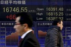 Personsa caminan junto a un panel electrónico que muestra el índice Nikkei, afuera de una correduría en Tokio, Japón, 2 de marzo de 2016. Las acciones japonesas bajaron el miércoles en una sesión volátil luego de que los inversores tuvieron dificultades en encontrar nuevos catalizadores, y muchos de ellos permanecieron cautelosos sobre los movimientos de la paridad dólar-yen. REUTERS/Thomas Peter