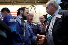 Operadores trabajando en la Bolsa de Nueva York. 22 de marzo de 2016. Las acciones bajaban el miércoles en la apertura de la bolsa de Nueva York, debido a una caída de los precios del petróleo y a que los inversores se alejaban del riesgo en una semana marcada por los ataques en Bruselas. REUTERS/Brendan McDermid
