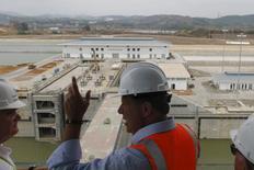 El tercer juego de esclusas del Canal de Panamá será inaugurado comercialmente el 26 de junio, anunció el miércoles el administrador de la vía interoceánica, poniendo fin a un proyecto lastrado por años de demora y miles de millones de dólares en sobrecostos. En la foto, el presidente de Panamá,  Juan Carlos Varela (c) habla con el administrador del Canal,  Jorge Quijano, en Ciudad de Panamá el 18 de marzo de 2016.  REUTERS/Carlos Jasso