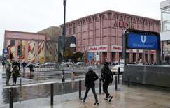 La confianza del consumidor alemán se hundió de cara a abril, ya que los compradores se sentían menos optimistas acerca del futuro de la mayor economía de Europa, mostró un sondeo publicado el jueves. En la imagen, gente camina delante de la entrada al metro al lado del centro comercial Alexa de Alexanderplatz en Berlín, Alemania, el 4 de febrero de 2016. REUTERS/Fabrizio Bensch