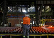 Le CAC 40 cède 1,88% à midi à la Bourse de Paris, où ArcelorMittal abandonne 5,21%, sous la pression de la hausse du dollar et de la baisse des prix des matières premières (-2,2% pour le baril de Brent, -0,95% pour la tonne de cuivre à Londres) en cette dernière séance d'une semaine écourtée par le long week-end pascal. /Photo d'archives/REUTERS/Dado Ruvic