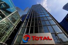Total a signé un accord avec Téhéran pour développer le gisement pétrolier de South Azadegan qu'il partage avec l'Irak, selon la chaîne d'information iranienne Press TV qui cite le ministre du Pétrole Bijan Zangeneh. /Photo prise le 25 février 2016/REUTERS/Jacky Naegelen