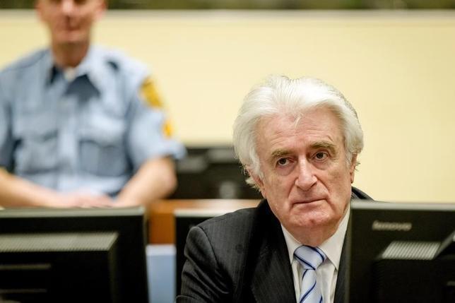 3月24日、オランダ・ハーグの旧ユーゴスラビア国際戦犯法廷は、ボスニア・ヘルツェゴビナ内戦のセルビア人指導者、ラドバン・カラジッチ被告(写真)に、1995年にイスラム教徒約8000人が殺害されたスレブレニツァの虐殺に関与したとして、禁錮40年の有罪判決を言い渡した(2016年 ロイター/Robin van Lonkhuijsen)