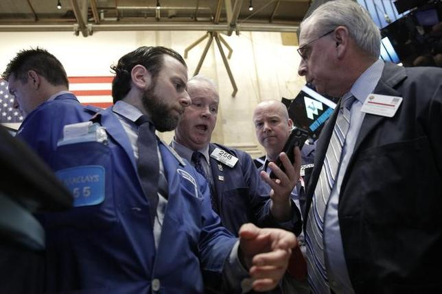 3月24日、来週の米株式市場は、4月1日に発表される3月の雇用統計などの経済指標が材料視されそうだ。写真はニューヨーク証券取引所で22日撮影(2016年 ロイター/Brendan McDermid)