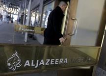 El grupo de televisión catarí Al Jazeera anunció el domingo que va a despedir a unos 500 empleados o más del 10 por ciento de su plantilla, en un reflejo de las presiones financieras del pequeño estado del Golfo Pérsico debido a los bajos precios globales del petróleo y el gas natural.  En la imagen, la entrada de la sede de Al Jazeera en Nueva York, el 13 de enero de 2016. REUTERS/Brendan McDermid