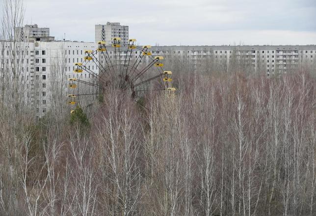 3月24日、来月で30年の節目を迎える史上最悪の原発事故となったチェルノブイリ原発事故は、人間に与えた長期的影響について改めて注目を集めている。写真は同原発近くにある廃墟と化したウクライナのプリピャチ市。23日撮影(2016年 ロイター/Gleb Garanich)