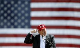 Борющийся за право представлять республиканцев в качестве кандидата в президенты США Дональд Трамп на встрече с избирателями в Фаунтейн Хиллз, Аризона, 19 марта 2016 года. Трамп усилил критику НАТО - краеугольного камня американской внешней политики на протяжении десятков лет, и призвал к реформе альянса. REUTERS/Mario Anzuoni