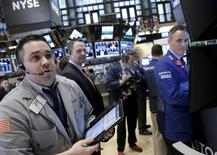 Трейдеры на торгах Нью-Йоркской фондовой биржи 16 марта 2016 года. Уолл-стрит открыла торги понедельника на положительной территории после выхода данных о росте потребительских расходов в США. REUTERS/Brendan McDermid