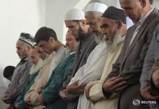 Мужчины на пятничной молитве в Душанбе 17 сентябоя 2010 года. Боевики из Афганистана освободили двух дорожных рабочих из Таджикистана, похищенных на границе между двумя странами на прошлой неделе, сообщила пограничная служба Таджикистана в понедельник. REUTERS/Nozim Kalandarov