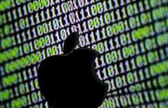 Le département américain de la Justice a dit lundi être parvenu à accéder aux données cryptées présentes sur l'iPhone utilisé par l'un des deux auteurs de la tuerie de San Bernardino et a annoncé qu'il renonçait à exiger le concours d'Apple dans ce dossier. /Photo d'archives/ REUTERS/Dado Ruvic
