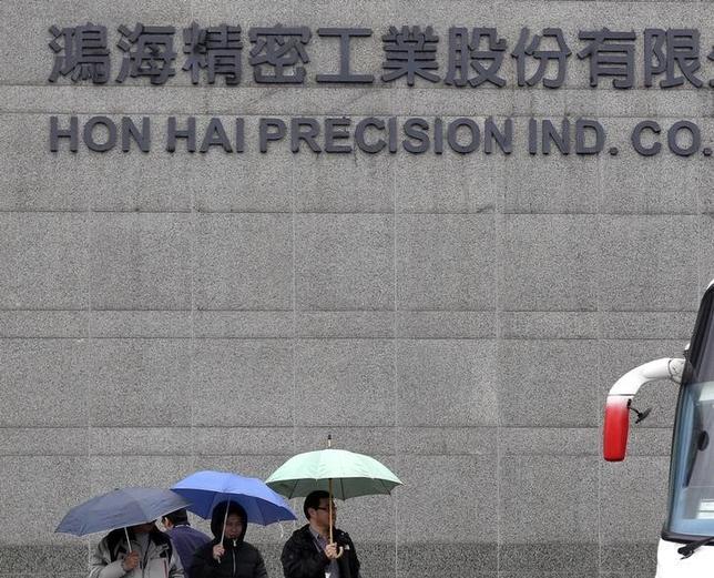 3月29日、台湾証券取引所は、鴻海精密工業株を30日は売買停止にする。写真は新北市の鴻海本社、2013年12月撮影(2016年 ロイター/Pichi Chuang)