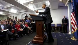 Президент США Барак Обама выступает перед журналистами в Белом доме в Вашингтоне 18 декабря 2015 года. Обама возложил часть вины за тон президентской кампании на политическую журналистику, которая стеснена сокращающимися редакционными бюджетами и обесценивается переносом центра внимания на лайки и ретвиты в социальных сетях. REUTERS/Kevin Lamarque