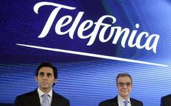 César Alierte (à droite sur la photo) va quitter son poste de président exécutif de Telefonica qu'il occupe depuis seize ans et sera remplacé par son numéro deux, José Maria Alvarez-Pallete (à gauche), un choix qui pour l'opérateur télécoms espagnol illustre la volonté de s'engager dans une croissance portée par le numérique. /Photo d'archives/REUTERS/Andrea Comas