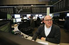 Трейдер работает на фондовой бирже Франкфурта-на-Майне. Европейские фондовые рынки торгуются разнонаправленно во вторник, так как рост акций страховых компаний компенсировал слабость бумаг сырьевого сектора, опустившихся вслед за ценами на металлы и нефть.  REUTERS/Kai Pfaffenbach