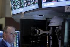 Operadores trabajando en la Bolsa de Nueva York. 28 de marzo de 2016. Las acciones en Estados Unidos iniciaron la sesión del martes en territorio negativo, ante la expectativa por el discurso de la presidenta de la Reserva Federal y el declive de casi 3 por ciento en los precios del crudo. REUTERS/Brendan McDermid