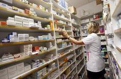 Una empleada revisa los médicamentos en una farmacia en Bordeaux, Francia, 15 de septiembre de 2015. Las copias de menor costo de complejos fármacos biotecnológicos, conocidos como biosimilares, podrían permitir ahorrar a Estados Unidos y a los cinco principales mercados de Europa hasta 98.000 millones de euros (unos 110.000 millones de dólares) para el 2020, según un análisis publicado el martes. REUTERS/Regis Duvignau