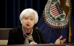 Foto de archivo de la presidenta de la Reserva Federal de EEUU, Janet Yellen, durante una conferencia de prensa en Washington. 16 de marzo de 2016. La presidenta de la Reserva Federal de Estados Unidos, Janet Yellen, dijo el martes que no se espera que los riesgos globales tengan un profundo impacto sobre la economía del país, pero que aún era apropiado para la Fed proceder con cautela para el alza de las tasas de interés. REUTERS/Kevin Lamarque/Files