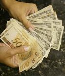 Notas de dólar e real em casa de câmbio do Rio de Janeiro. 07/05/2004 REUTERS/Bruno Domingos
