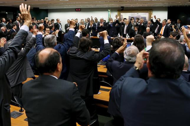 3月29日、ブラジル最大政党のブラジル民主運動党(PMDB)は、連立政権から離脱すると発表した。写真は離脱表明を祝う同党議員ら。(2016年 ロイター/Adriano Machado)