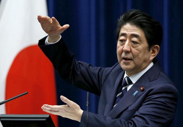 3月30日、安倍晋三首相は、官邸で開いた「観光ビジョン構想会議」で、600兆円経済の実現に向け、訪日観光客数を2020年に4000万人とする新たな目標を表明した。29日官邸記者会見で撮影(2016年 ロイター/Yuya Shino)