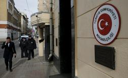 Человек проходит мимо полицейского у посольства Турции в Москве 24 марта 2016 года. Турецкие компании в России с трудом держатся на плаву на фоне конфликта Москвы и Анкары. REUTERS/Maxim Zmeyev