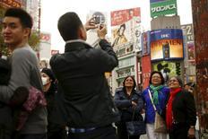 Le Premier ministre japonais Shinzo Abe se fixe comme objectif de doubler le nombre de touristes qui visitent l'archipel et les sommes qu'ils y dépensent d'ici à 2020 afin de relancer une économie stagnante. /Photo prise le 30 mars 2016/REUTERS/Thomas Peter