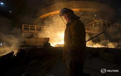 Рабочий на заводе НЛМК в Липецке 3 августа 2015 года. Спрос на российскую сталь упадёт в этом году на 10 процентов, сказал в среду основной владелец одной из крупнейших российских стальных групп Северстали Алексей Мордашов. REUTERS/Maxim Shemetov
