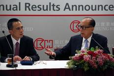 Los reguladores antimonopolio de la Unión Europea dijeron el miércoles que habían abierto una investigación en profundidad sobre la planeada fusión del negocio italiano de telecomunicaciones móviles de Hutchison y el de Vimpelcom entre preocupaciones de que podría llevar a precios más altos para los consumidores. En la imagen, el magnate Li Ka-shing (D) habla con su hijo Victor durante una rueda de prensa para anunciar los resultados de CK Hutchison Holdings en Hong Kong, China, el 17 de marzo de 2016.  REUTERS/Bobby Yip