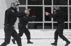 Полицейские демонстрируют свои умения на ежегодном военно-патриотическом фестивале в Красноярске 23 февраля 2016 года. REUTERS/Ilya Naymushin