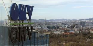 Логотип OMVна здании штаб-квартиры компании в Вене . Австрийская энергетическая компания OMV не ведет переговоры о передаче Газпрому НПЗ в рамках обмена активами, сообщил источник со ссылкой на главу OMV.TREUTERS/Heinz-Peter Bader