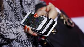 La Commission européenne (CE) a annoncé mercredi l'ouverture d'une enquête approfondie sur le projet de fusion des filiales mobiles italiennes d'Hutchison et de Vimpelcom, l'exécutif européen craignant qu'il n'aboutisse à une hausse des prix pour le consommateur et à une baisse des investissements. /Photo prise le 1er mars 2016/ REUTERS/Mario Anzuoni