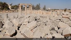 """Изоборажение, размещенное боевиками """"Исламского государства"""" в социальных сетях 25 августа 2015 года, показывающее разрушение сохранявшегося с древности римского храма в сирийской Пальмире. Президент Сирии Башар Асад призвал ООН и другие международные организации помочь Сирии в восстановлении Пальмиры, разрушенной боевиками """"Исламского государства"""". Сирийские правительственные силы освободили древний город в воскресенье. REUTERS/Social Media"""