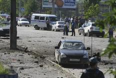 """Полиция и следователи на месте взрыва в Махачкале 20 мая 2013 года. """"Исламское государство"""" взяло ответственность за подрывы фугасов на пути автоколонны во вторник вечером в российской автономии Дагестан, в результате чего, по сообщению властей, погиб полицейский. REUTERS/Abdula Magomedov/NewsTeam"""