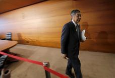 El gobernador del Banco de Japón, Haruhiko Kuroda, dijo el jueves no hay límites u obstáculos para la política monetaria que el banco central está empleando para cumplir con su objetivo de inflación de un 2 por ciento. En la imagen, el gobernador del Banco de Japón, Haruhiko Kuroda, se marcha de una rueda de prensa en la sede del banco en Tokio, Japón, el 15 de marzo de 2016. REUTERS/Toru Hanai