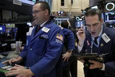 Operadores trabajando en la Bolsa de Nueva York. 28 de marzo de 2016. Los inversores redujeron las tenencias de acciones en marzo a su menor nivel en al menos cinco años a pesar de una recuperación en los mercados bursátiles globales, siendo los activos de la zona euro y Japón los más perjudicados porque crecen las dudas sobre la efectividad de los estímulos de los bancos centrales. REUTERS/Brendan McDermid